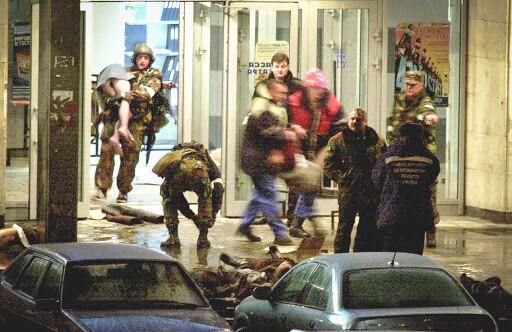 Норд-Ост: после штурма здания силовики выносили пострадавших