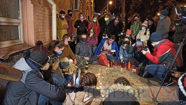 "Киевляне при свечах зачитали ""Дело Василия Стуса"""