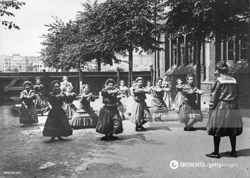 Занятия физкультурой на заднем дворе женской школы, 1905 год