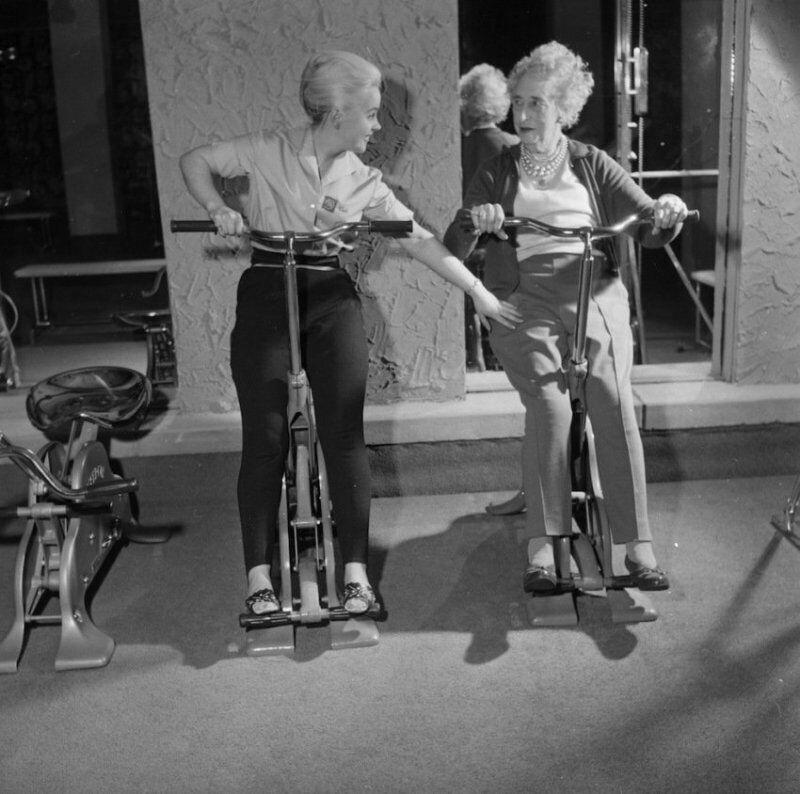 83-летняя миссис Акланд занимается вместе со своим инструктором на тренажерах,1961 год