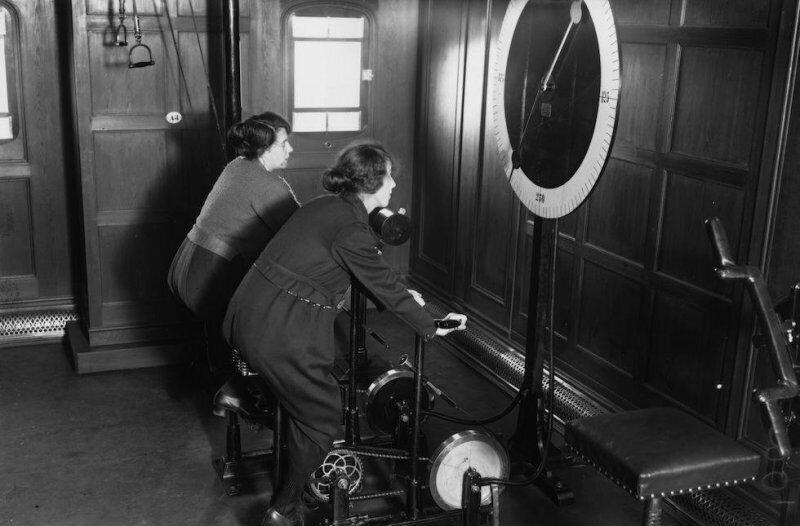 Женщины на велотренажерах в тренажерном зале на борту лайнера Homeric, 1922 год