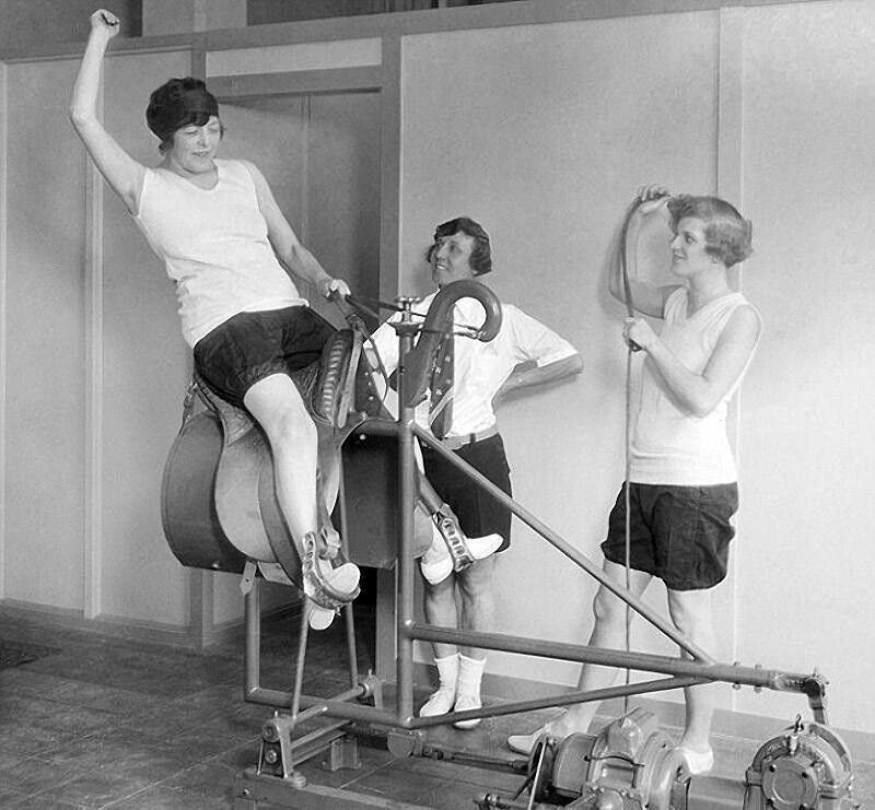 """В 1928-м году знаменитый американский аттракцион """"брыкающийся бык"""" использовался в качестве тренажера в одном из залов Калифорнии"""