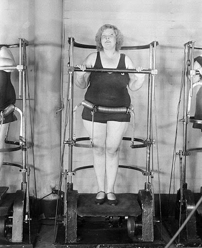"""Специально приспособление, """"разбивающее жир"""", в нью-йоркском тренажерном зале, 1930 год"""