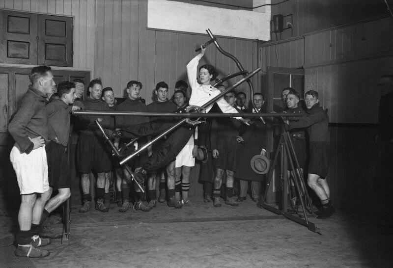 """Девушка демонстрирует работу тренажера для футболистов из команды """"Арсенал"""", Лондон, 1932 год"""