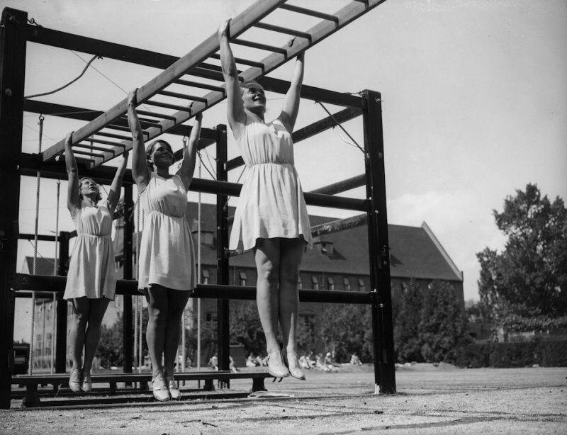 Девушки тренируются в одном из британских колледжей, 1933 год
