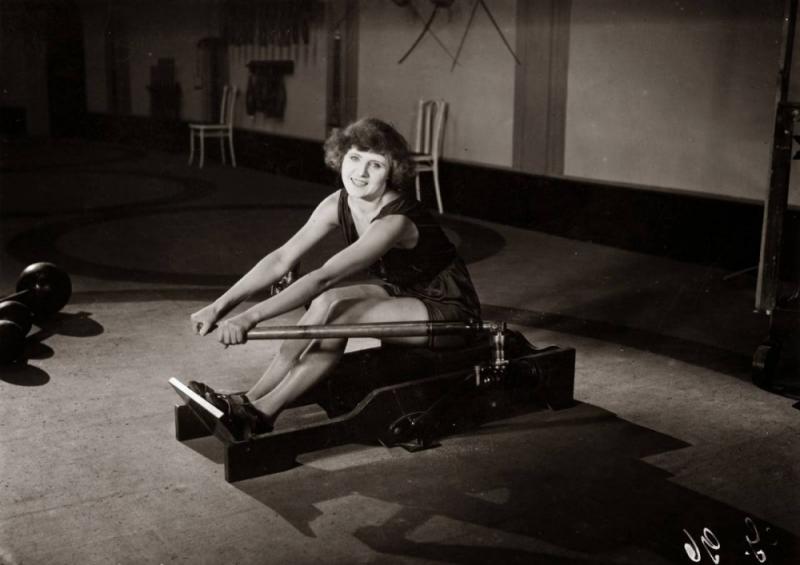 Тренажер, имитирующий греблю, около 1920 года
