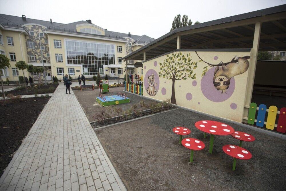 Садик имеет современный фасад и интерьер