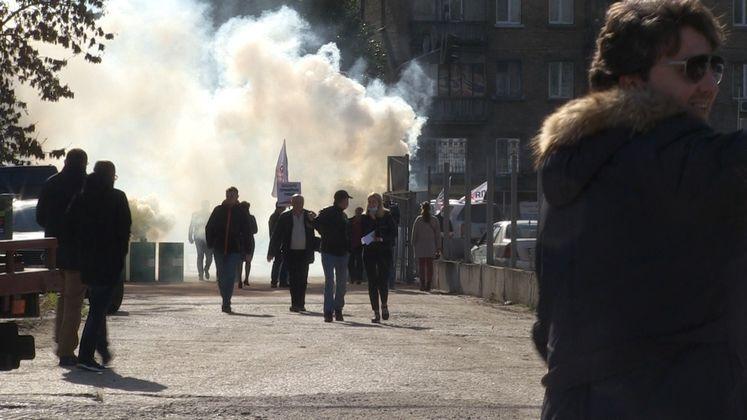Активисты зажгли на территории штрафплощадки металлические бочки и дымовые шашки