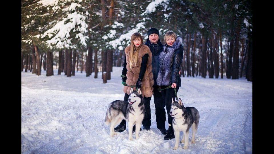 Настя (слева) была единственной дочерью у родителей Дмитрия и Любови