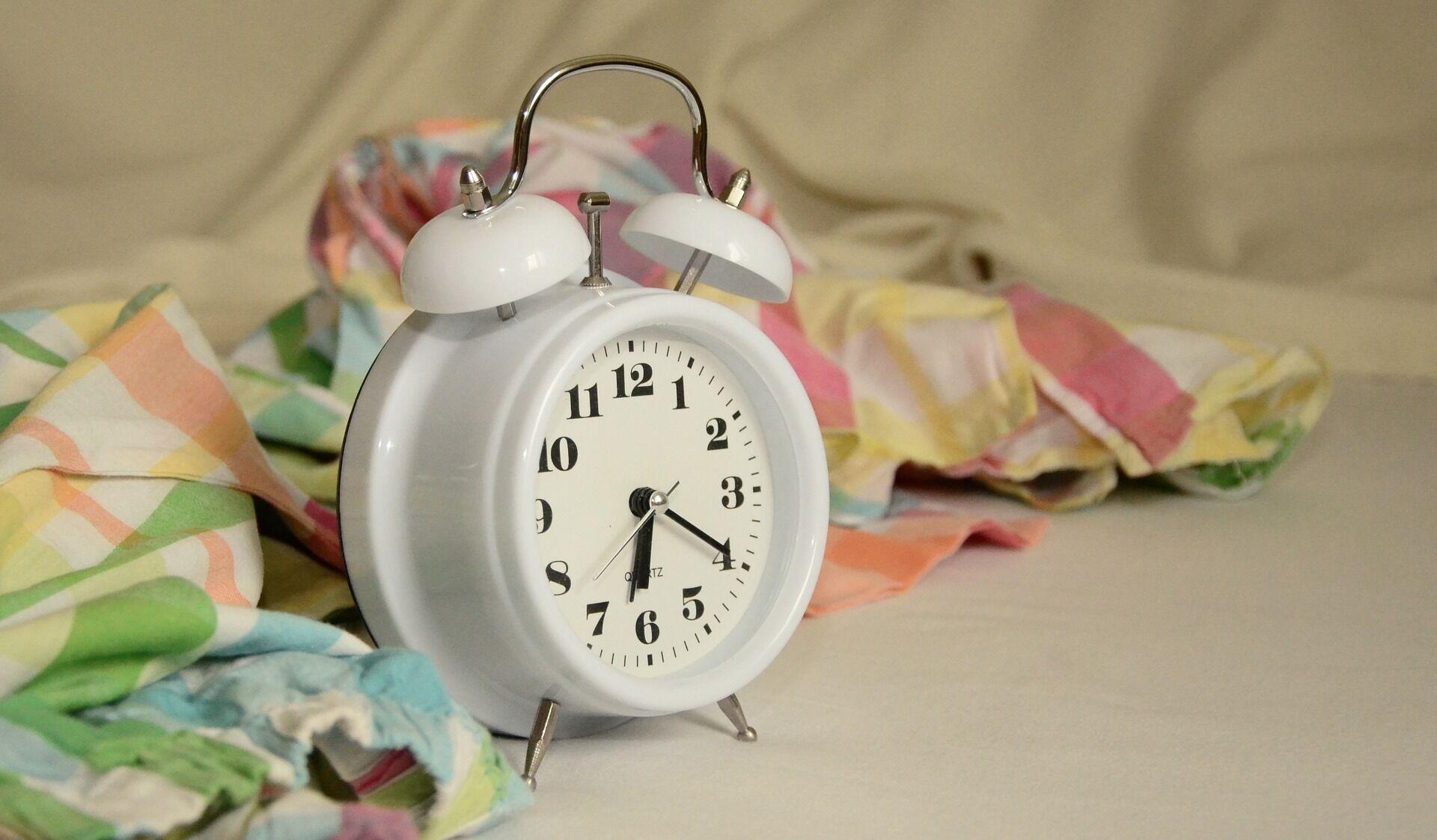 За неделю до перехода на зимнее время желательно начать ложиться спать хотя бы на 15 минут позже