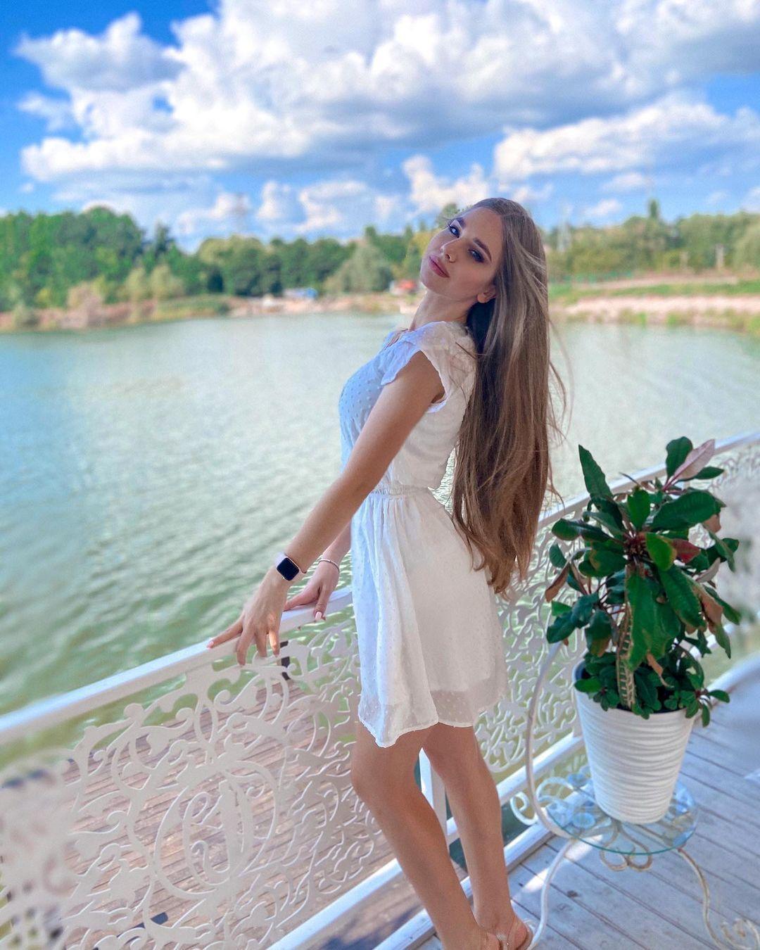 Ангеліна в білій сукні