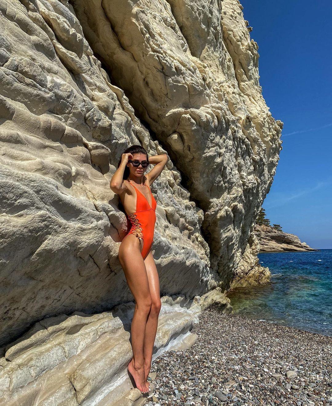 Анна Реброва на тлі моря