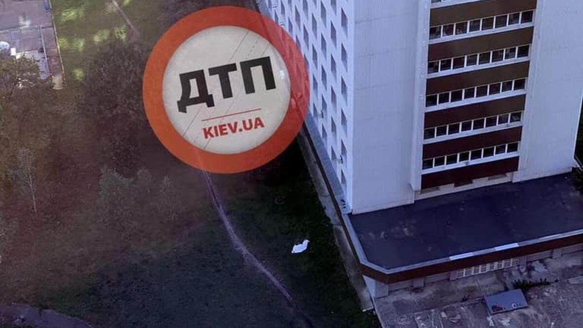 Лікарня №8 у столиці: пацієнт викинувся з вікна.