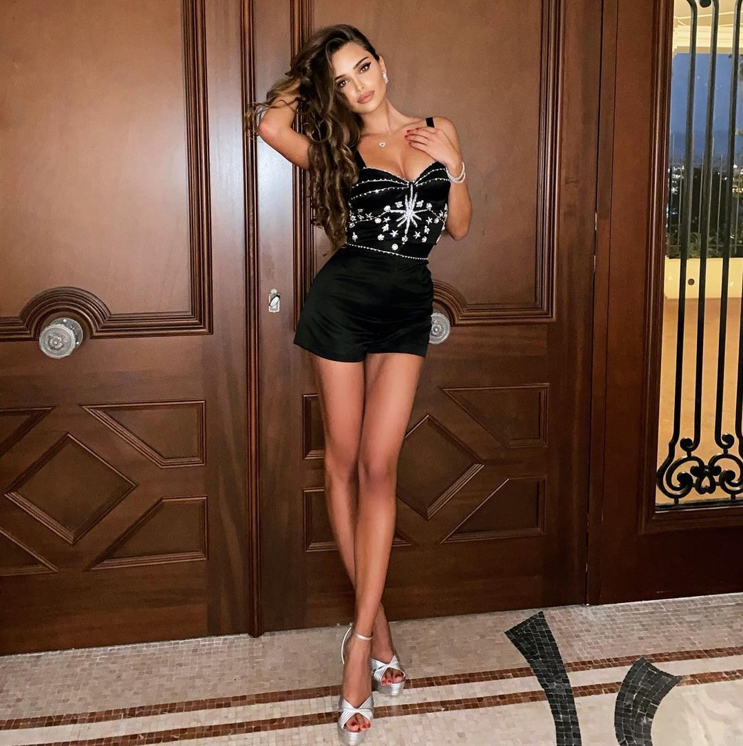Каролина Севастьянова в платье
