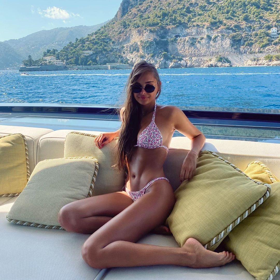 Каролина Севастьянова на яхте