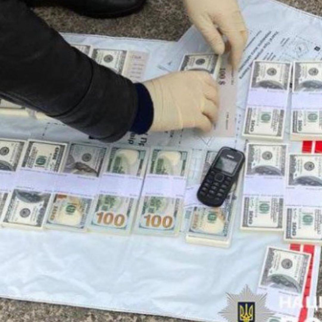 Злочинців затримали під час передання коштів.