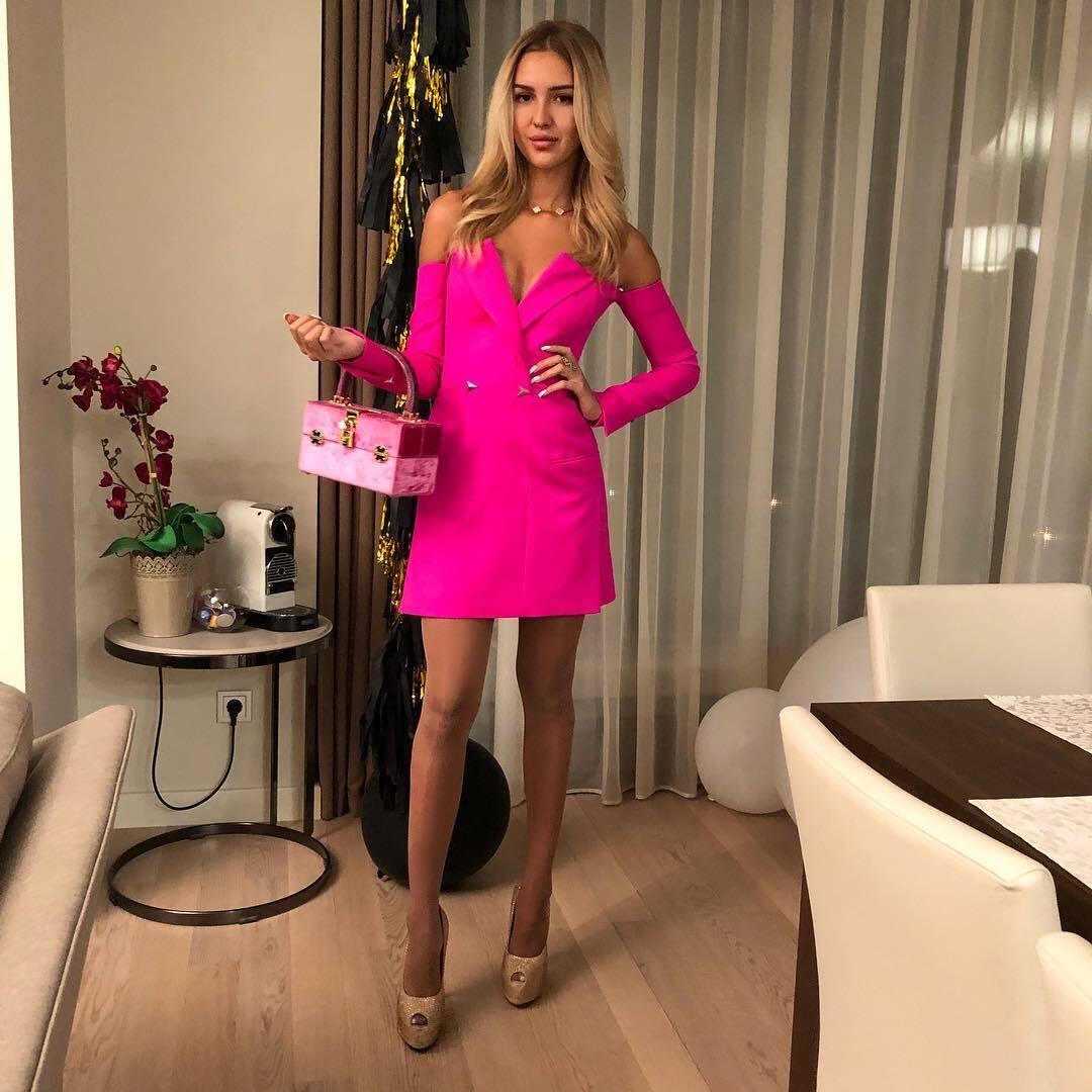 Анастасія Павелко в рожевій сукні