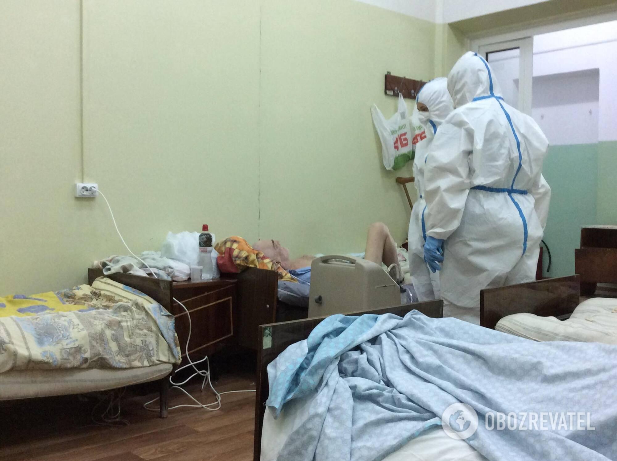 Їжа у відділенні для хворих коронавірусом в лікарні №4 в Маріуполі