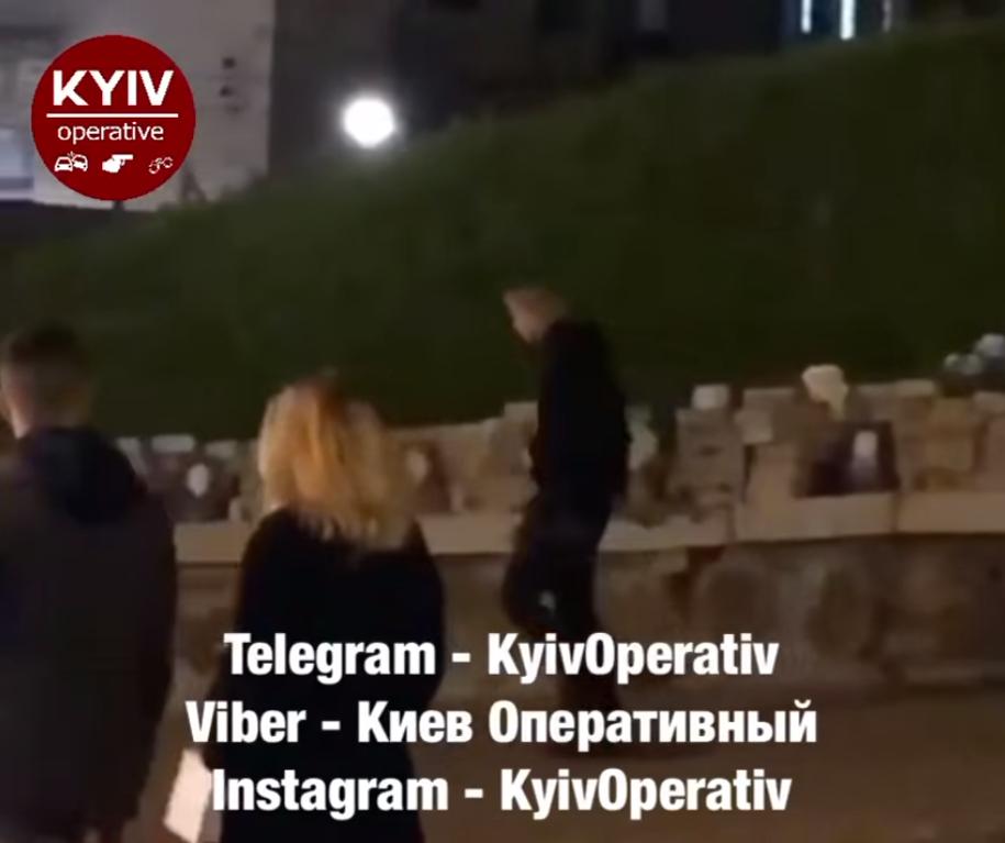 В Киеве пьяный парень помочился на мемориал Небесной Сотне