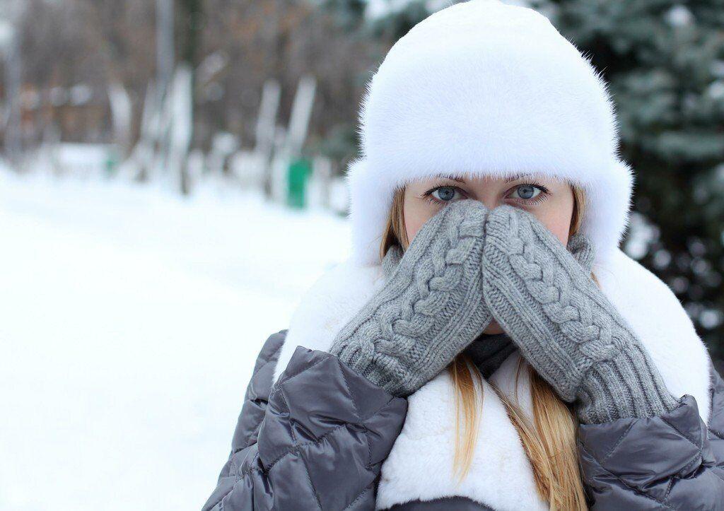Зимой следует тепло одеваться.