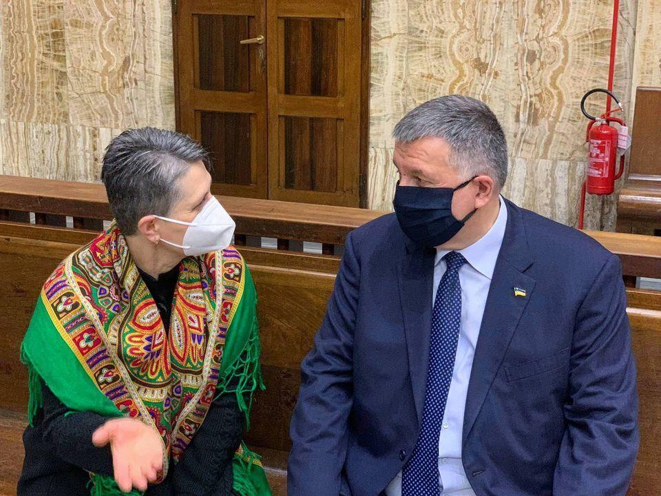 Мать нацгвардейца и Аваков на заседании суда в Милане