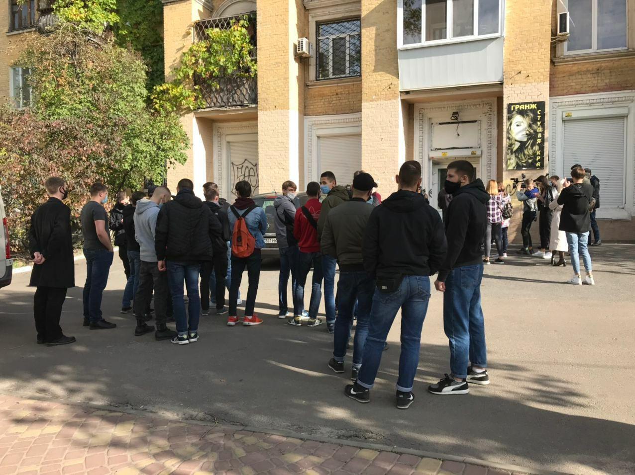 """Активисты заблокировали офисы """"Єдності"""", чтобы помешать подкупу избирателей"""