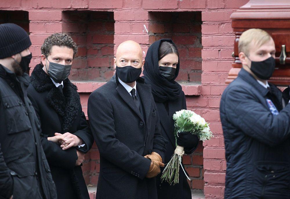 Федор Бондарчук и Паулина Андреева на похоронах Ирины Скобцевой