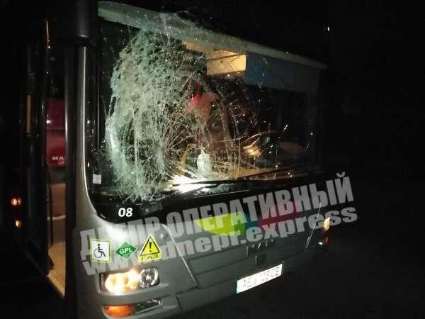 Автобус получил серьезные повреждения.