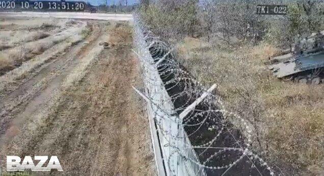Військові бачили паркан, але вирішили не об'їжджати його.