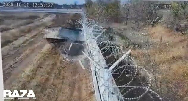 Військові на БМП протаранили паркан аеропорту в Волгограді.