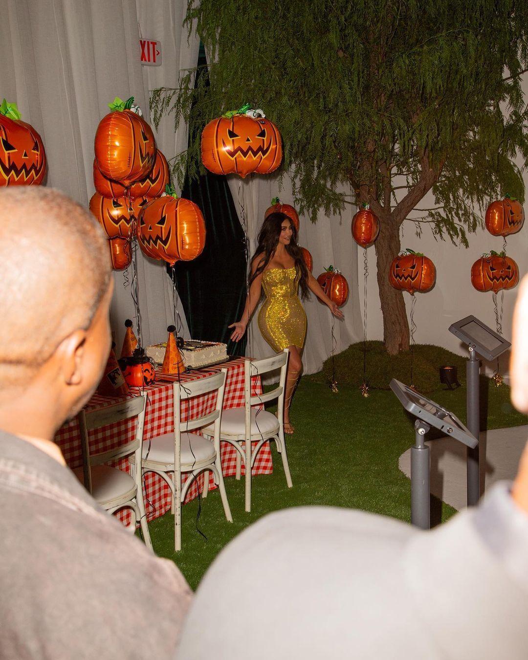 Кардашьян выбрала для вечеринки сексуальное платье.
