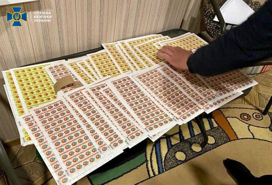 """Во время обысков обнаружены поддельные марки """"Укрпочты""""."""