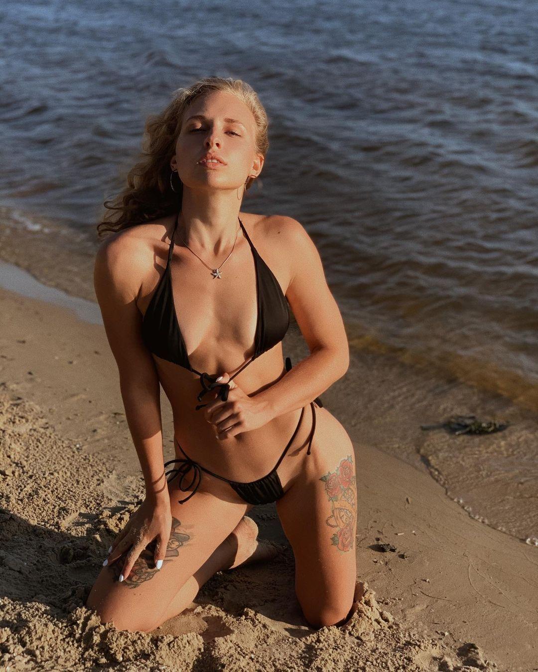 Олександра Суманєєва на пляжі