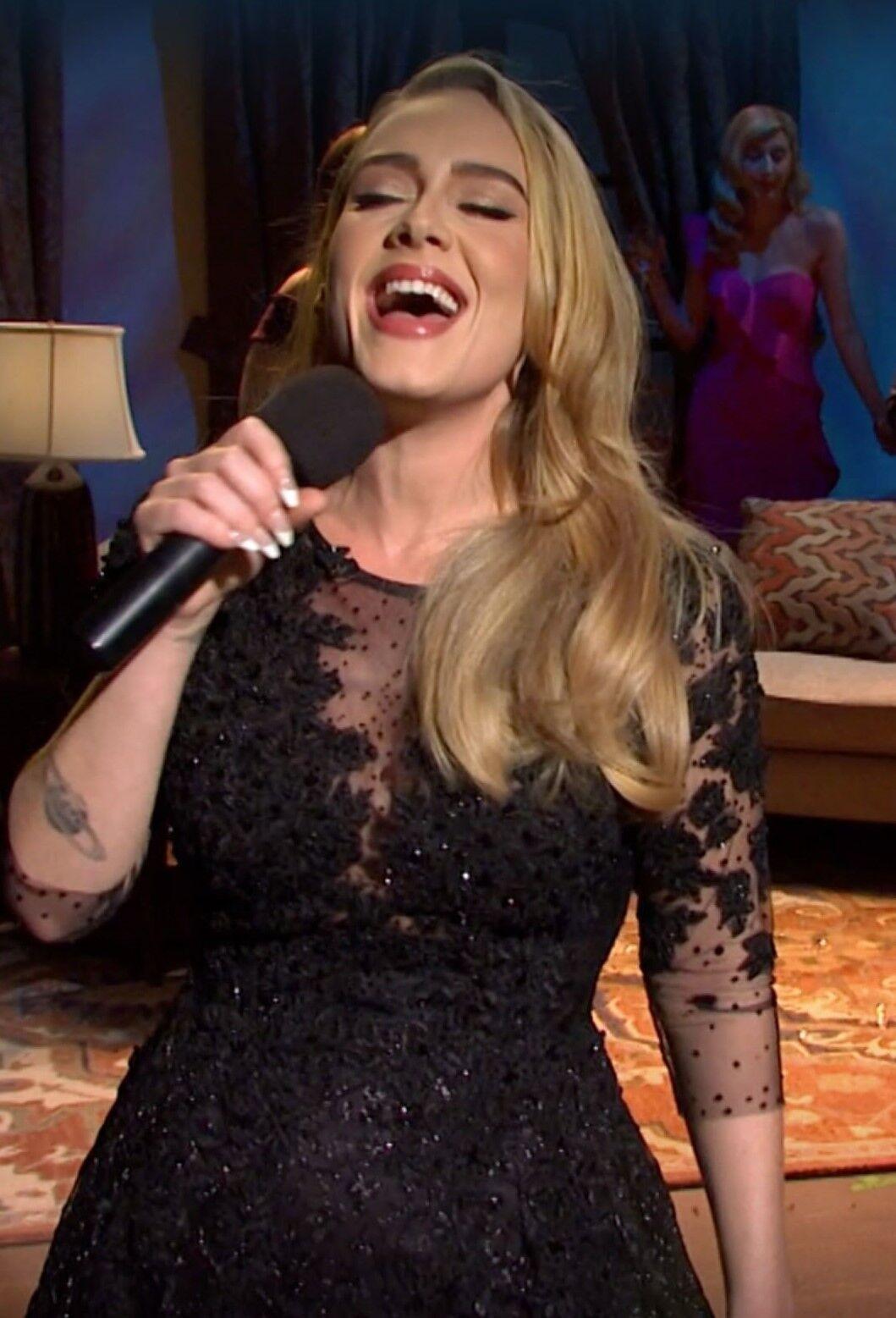Адель з'явилася в чорному сексуальній сукні з мереживом.