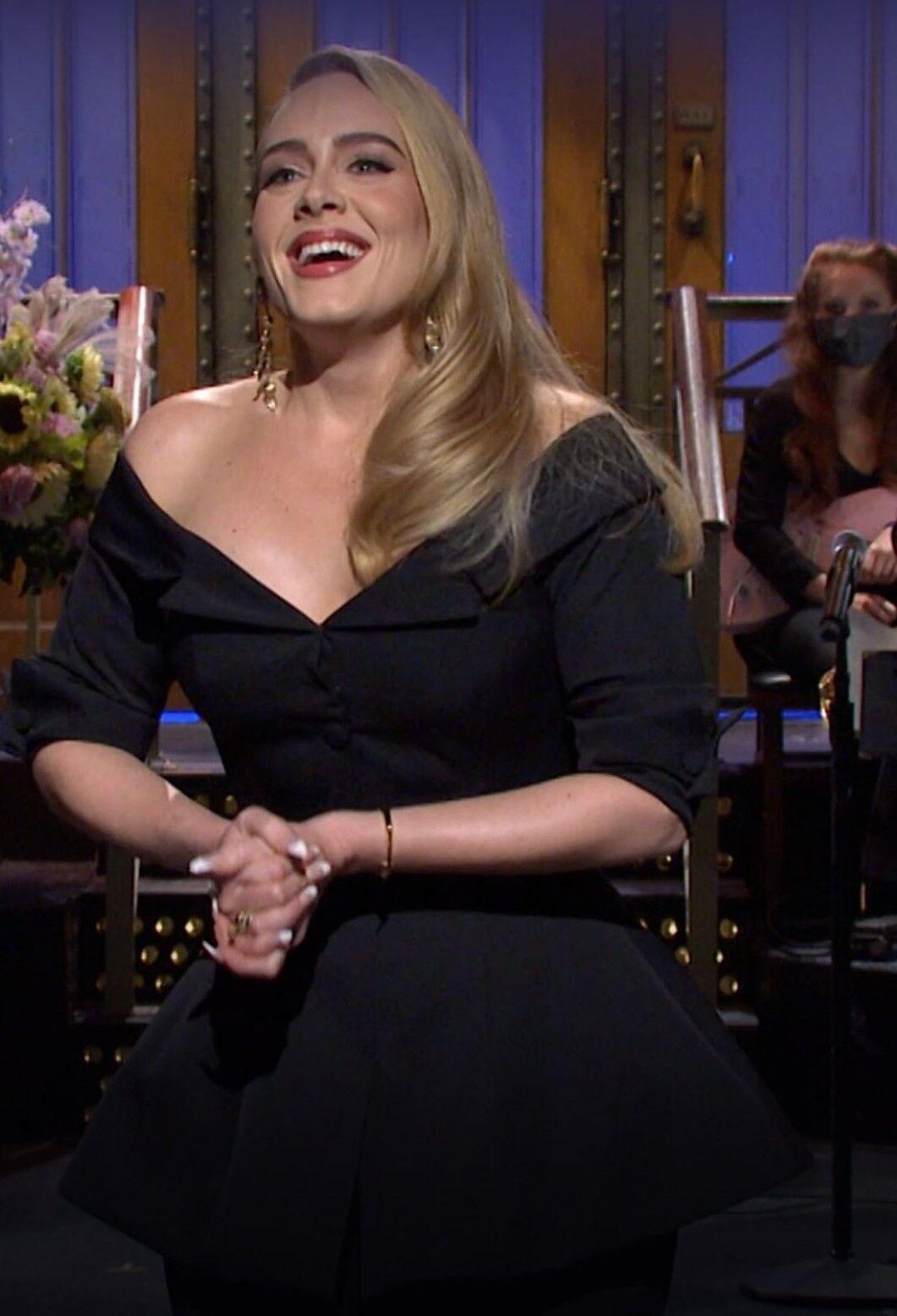 Адель з'явилася в чорному костюмі, що складається з звужених штанів і корсетного топа з відкритими плечима.