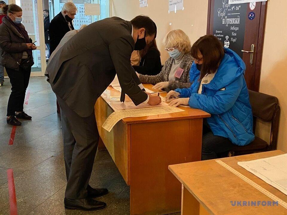 Глава ВР Дмитрий Разумков на избирательном участке
