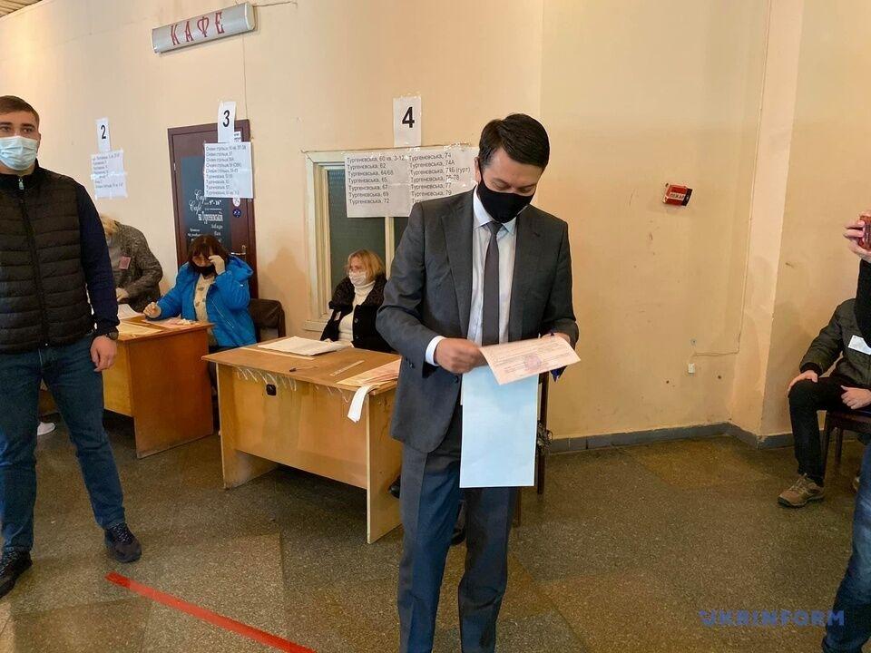 Дмитрий Разумков на избирательном участке