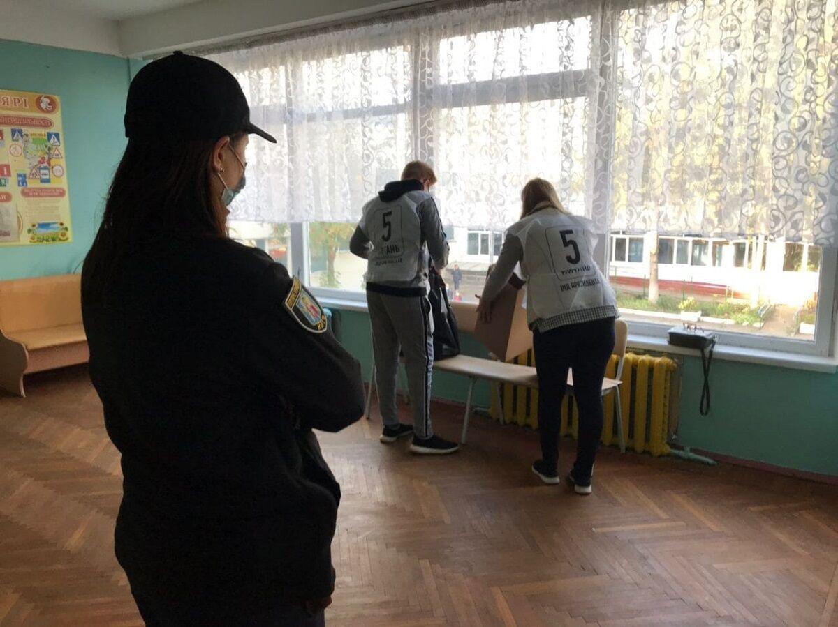 Волонтеры на избирательном участке