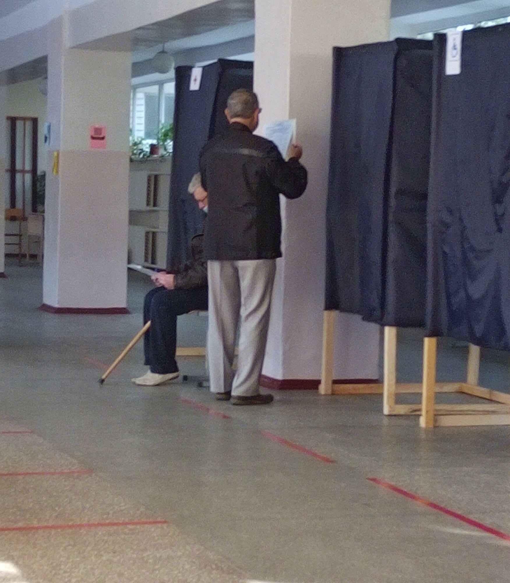 Виборець голосував поза кабіною