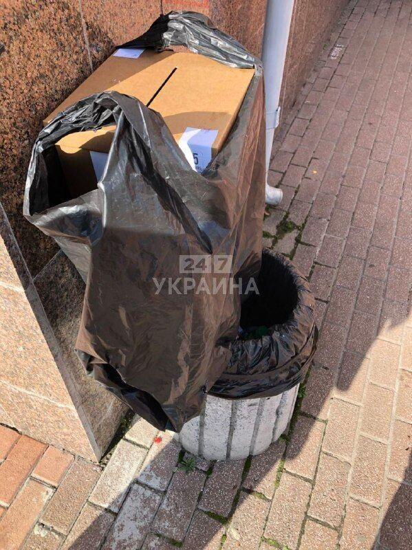 Коробка для опроса Зеленского в мусоре