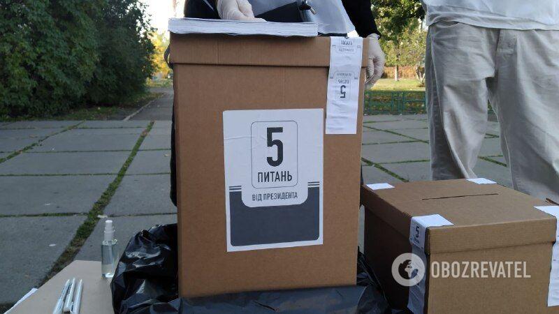 Волонтеры проводят опрос возле избирательных участков
