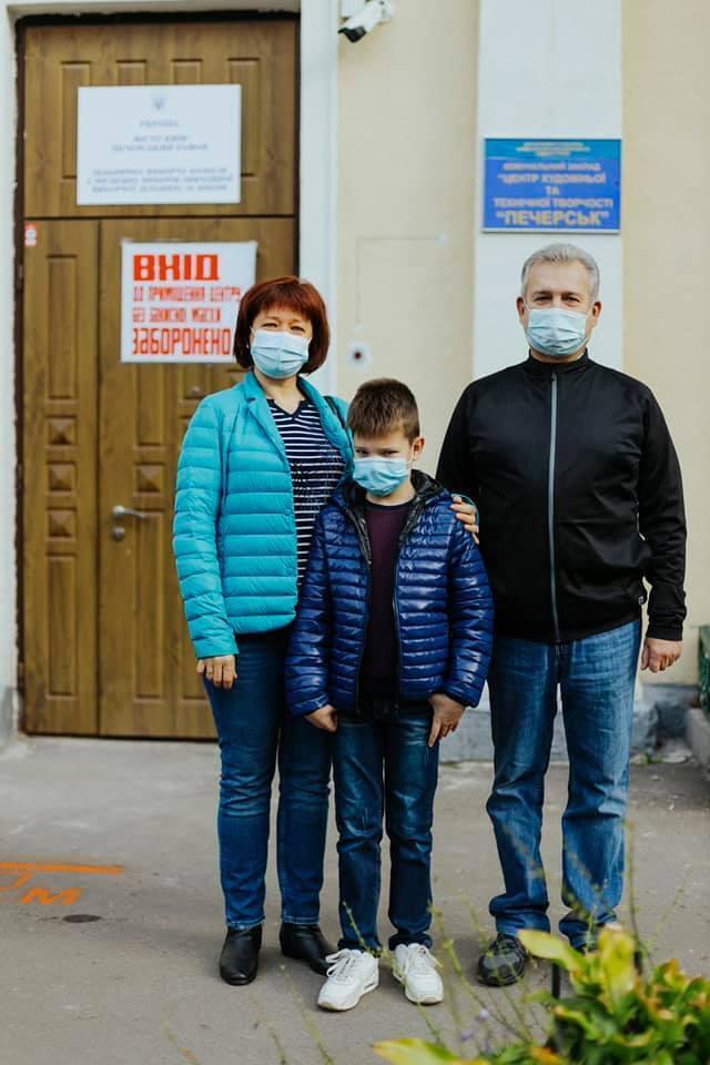 Учасники голосування на виборчих дільницях у Києві.