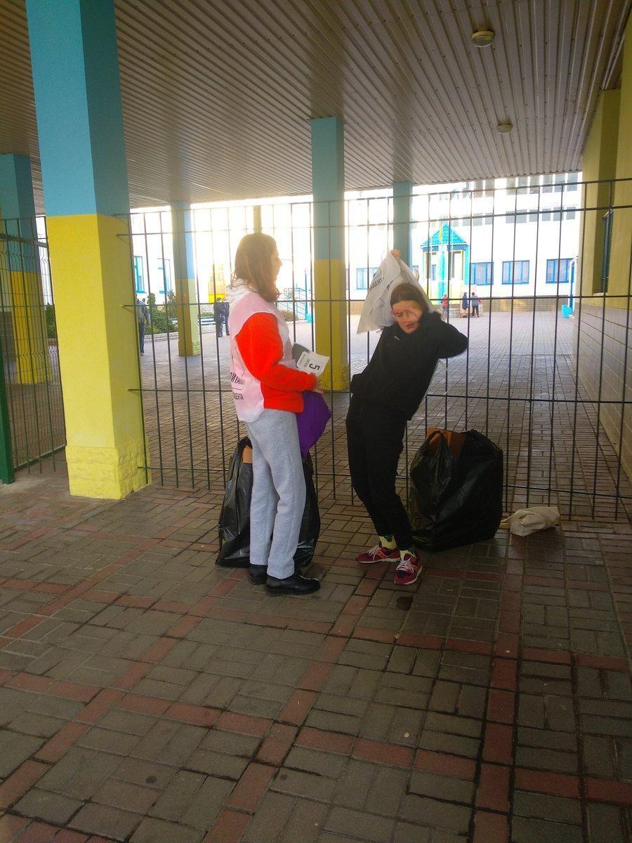 Опрос Зеленского в Киеве проводят несовершеннолетние девушки