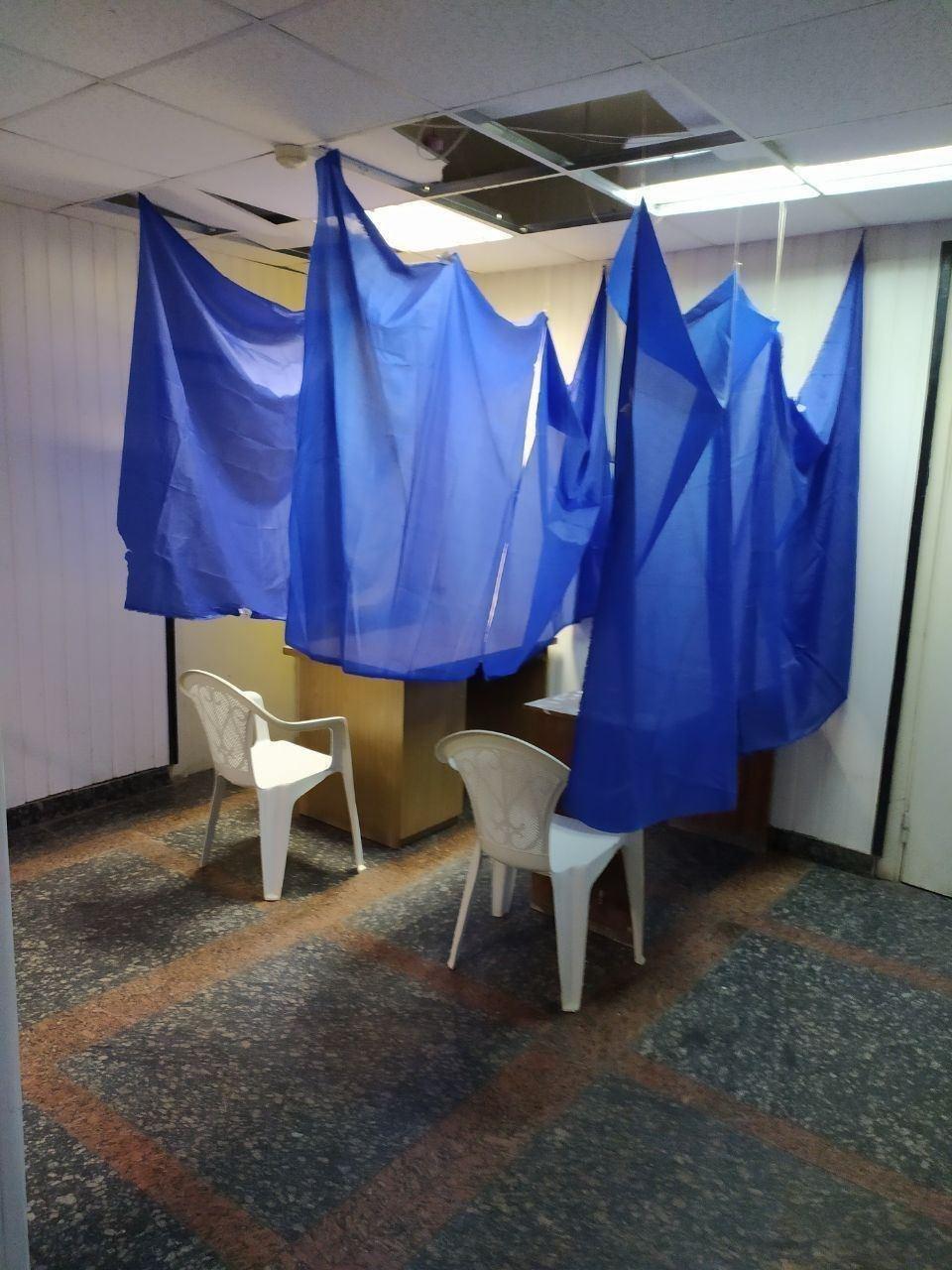 Кабинки для голосования в Житомире.