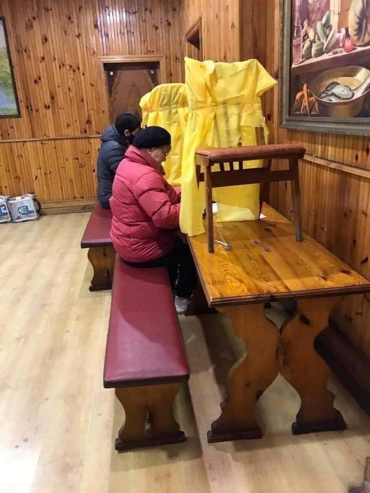 Кабинка из стульев.