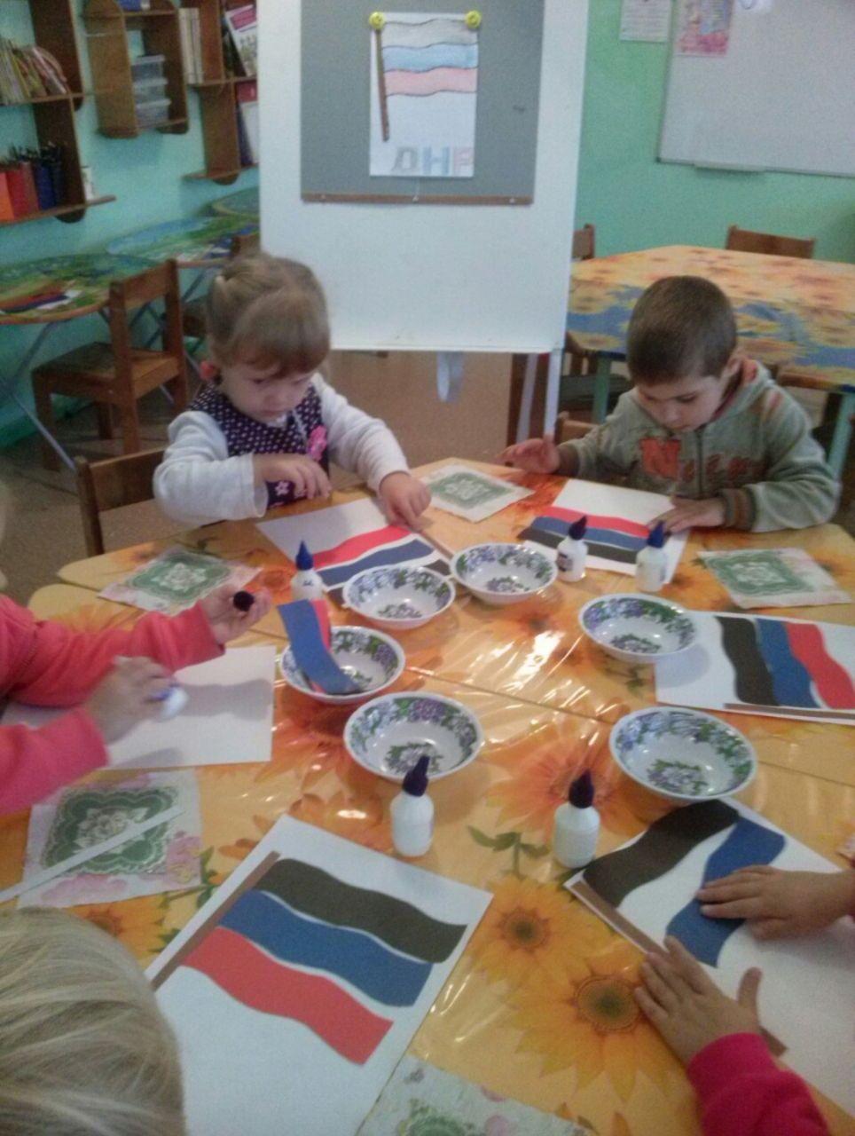 На творческих занятиях в садике детям оккупированного Донбасса приходится рисовать символику боевиков