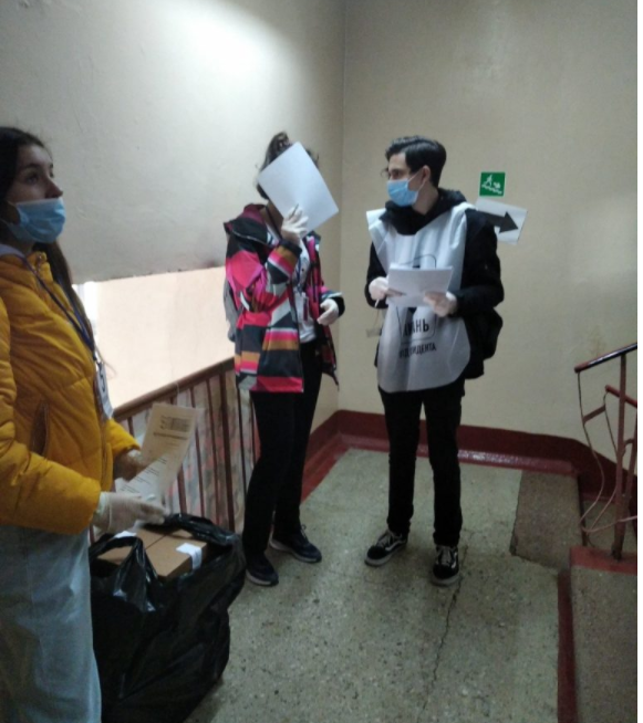 Волонтеры блокируют подходы к участку