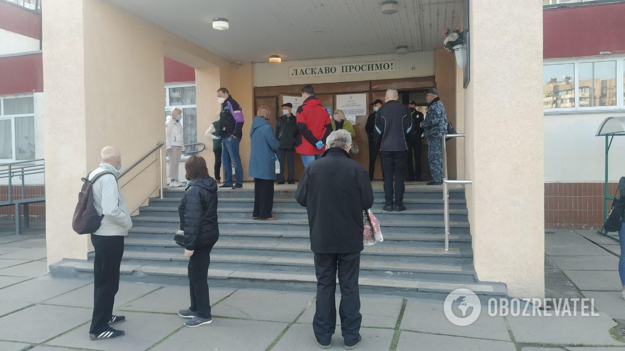 Люди почали приходити на виборчі дільниці