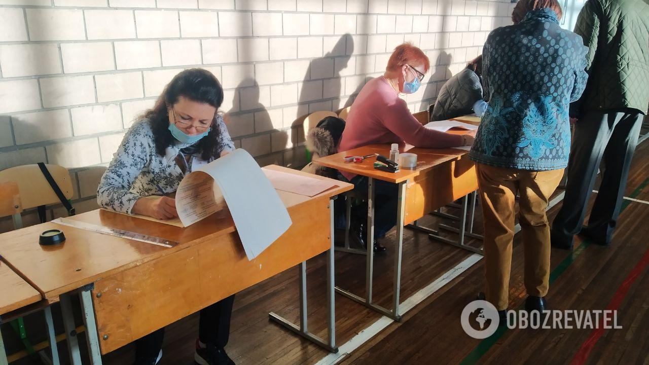 У Києві на одній з дільниць у членів комісії не було рукавичок
