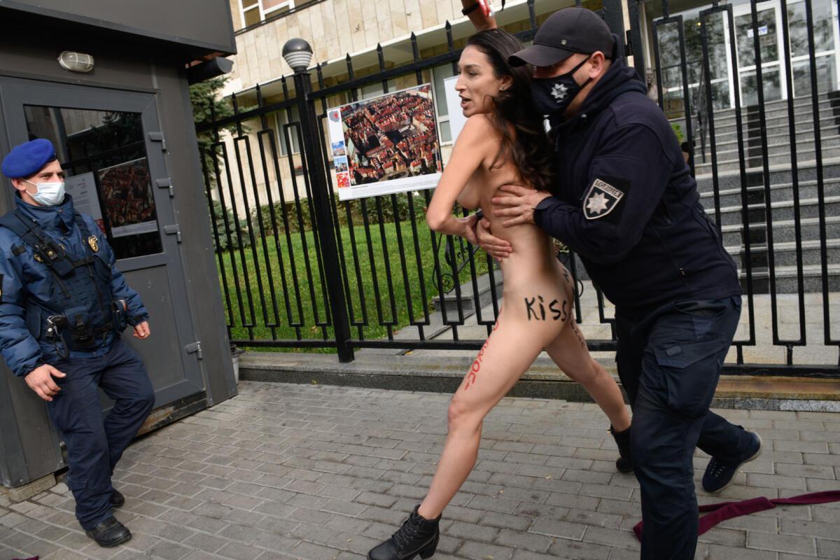 Полицейские увели голую активистку в патрульный автомобиль